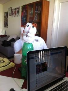 תום ניסה לדבר אך מחתך באזכריות על-ידי דוב צעצוע (תרתי משמע)
